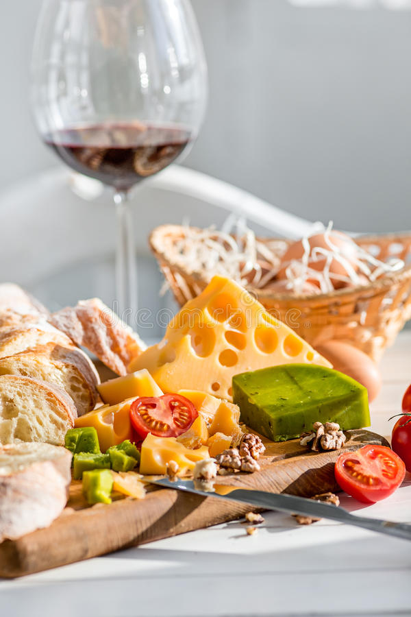 Vino, baguette e formaggio su fondo di legno fotografia stock libera da diritti