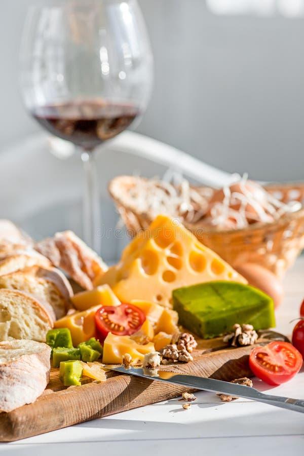 Vino, baguette e formaggio su fondo di legno fotografie stock