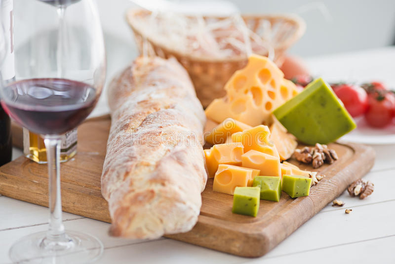 Vino, baguette e formaggio su fondo di legno fotografie stock libere da diritti