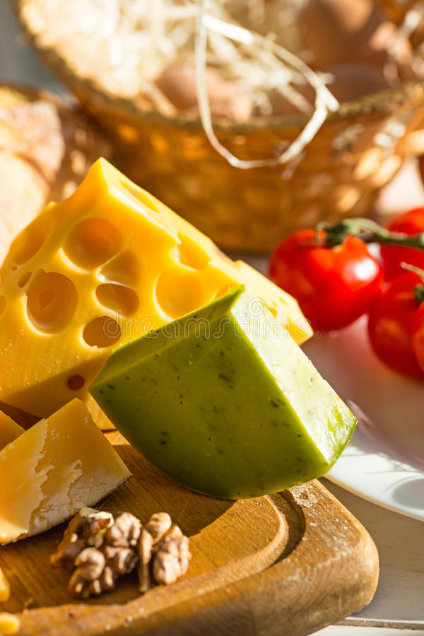 Vino, baguette e formaggio su fondo di legno immagini stock libere da diritti