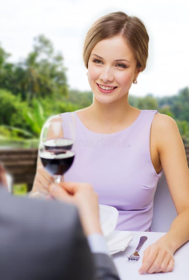 Vino bevente della donna con il suo uomo al ristorante fotografia stock libera da diritti