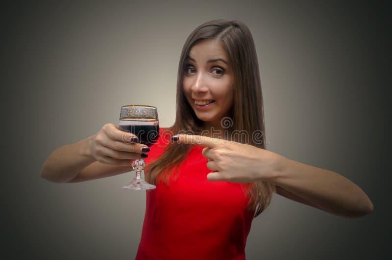 Vino bevente della donna dal bicchiere di vino fotografia stock