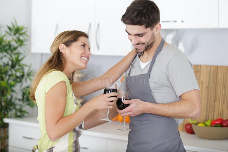 Vino bevente delle coppie a casa fotografia stock