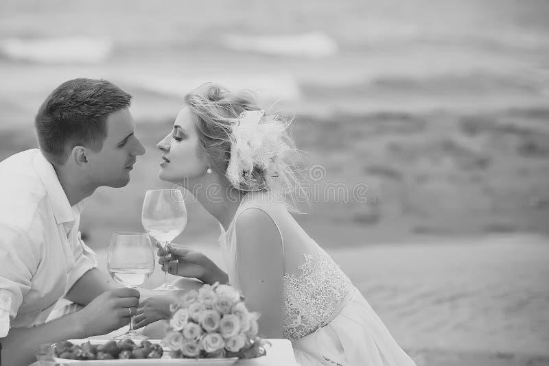 Vino bevente delle coppie di nozze sulla spiaggia immagine stock