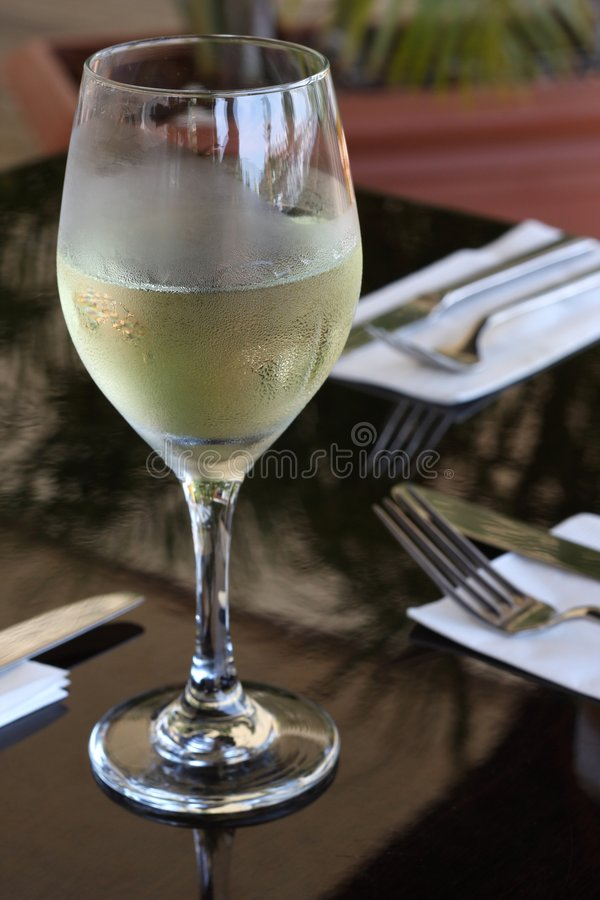 Vino bianco al ristorante fotografia stock libera da diritti