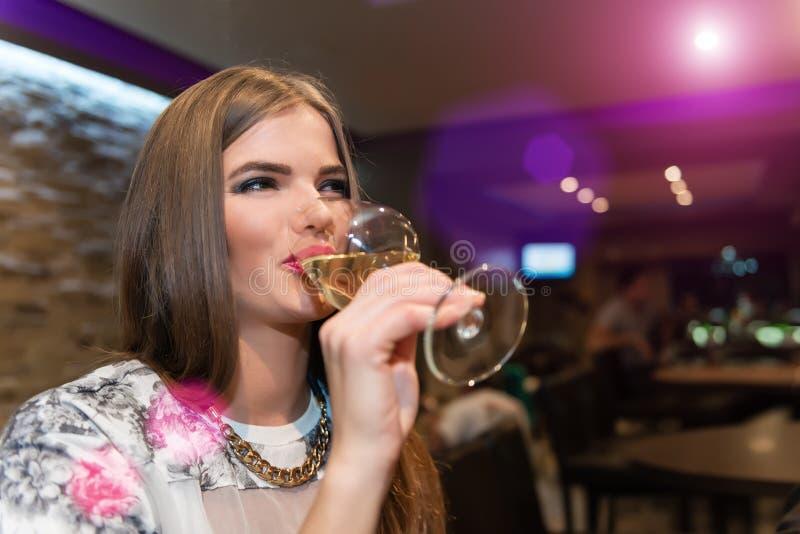 Vino bianco bevente della giovane donna fotografia stock libera da diritti