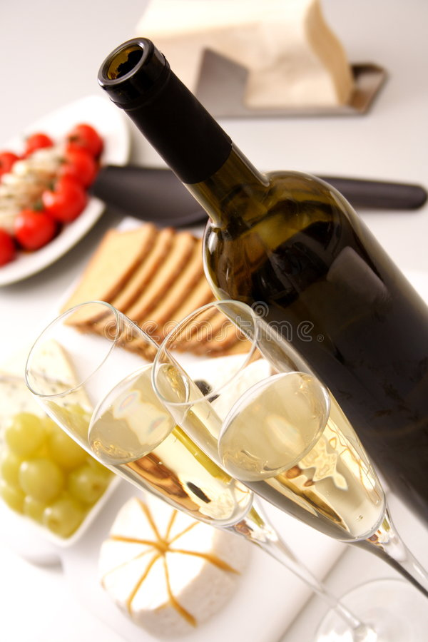 Vino bianco con l'antipasto immagini stock