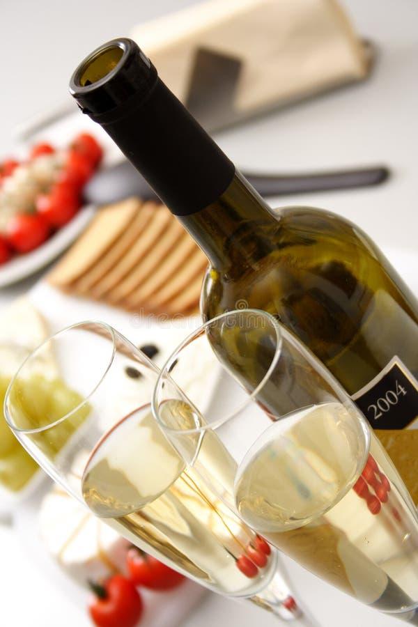 Vino bianco con l'antipasto fotografie stock libere da diritti