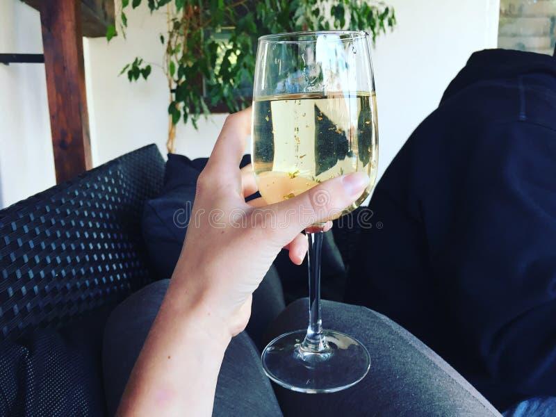 Vino bianco con oro fotografie stock libere da diritti