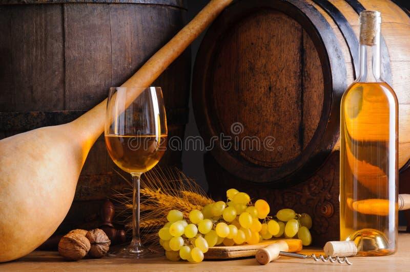 Vino bianco e barilotti tradizionali fotografia stock libera da diritti