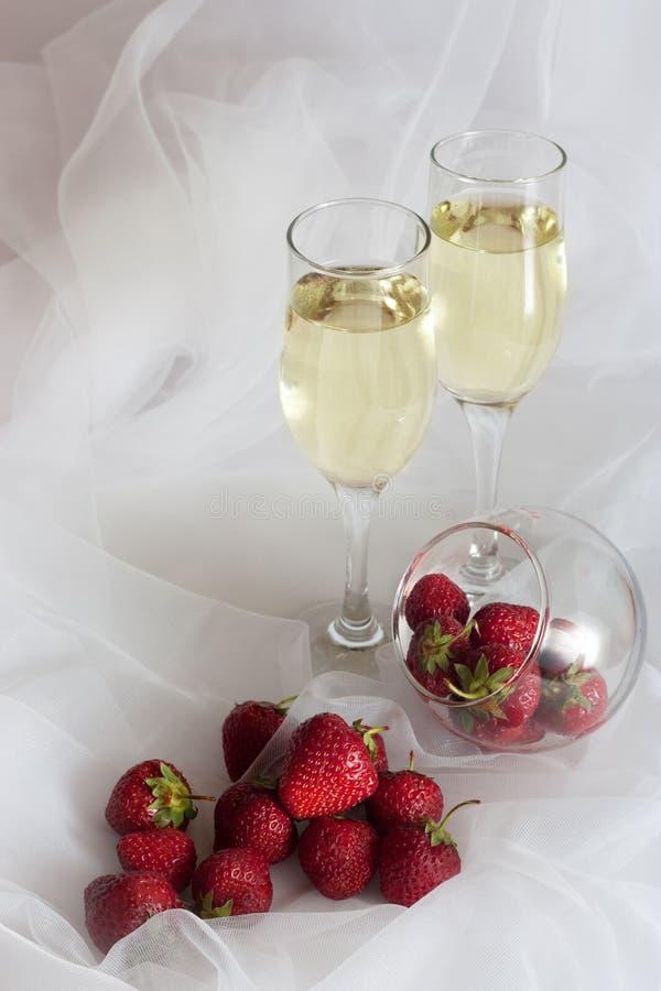 Vino bianco e fragole fotografie stock