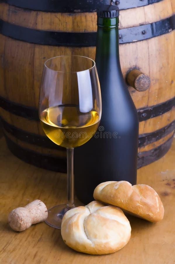 Vino bianco e pane immagini stock