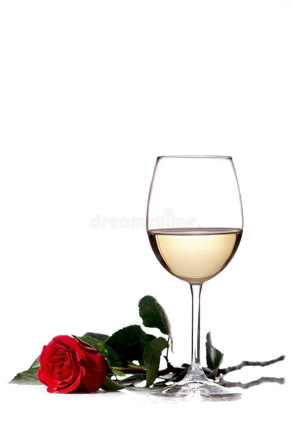 Vino bianco e rosa rossa fotografie stock libere da diritti