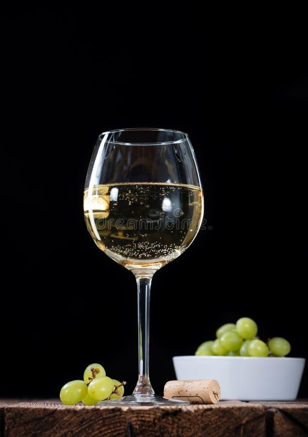 Vino bianco (fuoco selettivo) fotografie stock libere da diritti