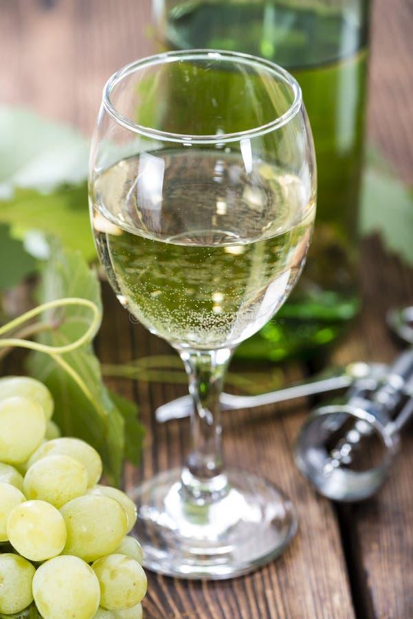 Vino bianco in un vetro fotografie stock