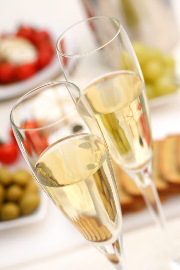 Vino blanco con el aperitivo foto de archivo libre de regalías