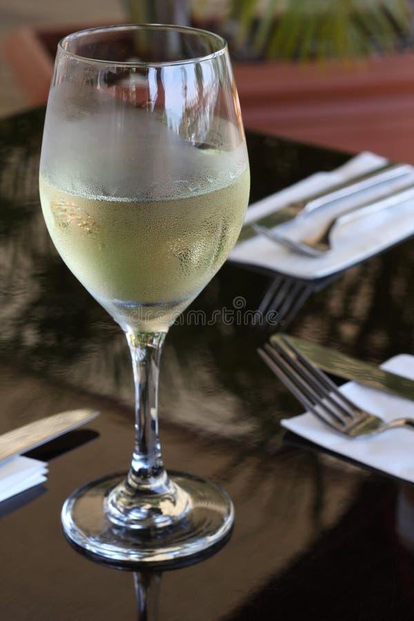 Vino blanco en el restaurante foto de archivo libre de regalías