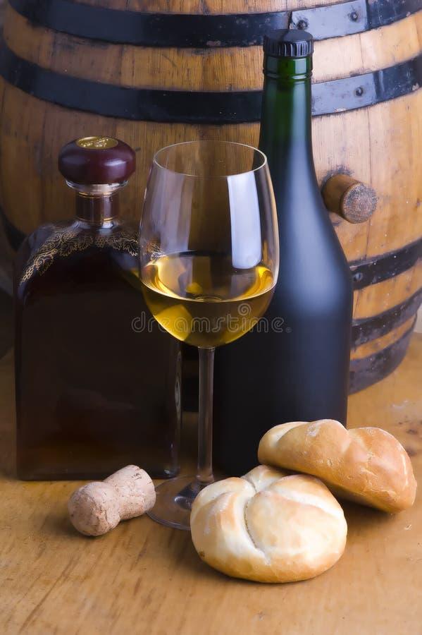 Vino blanco, pan y barril foto de archivo libre de regalías