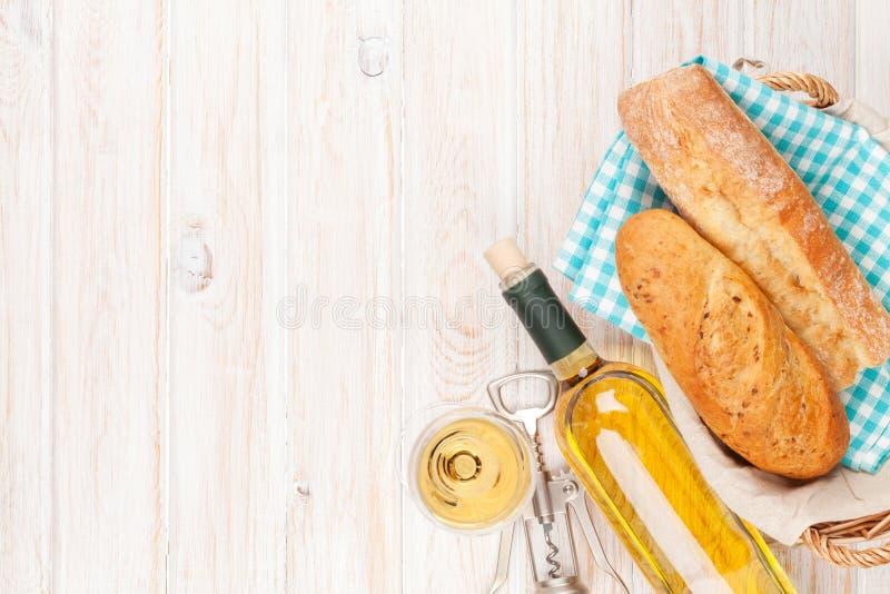 Vino blanco, pan y barril fotos de archivo