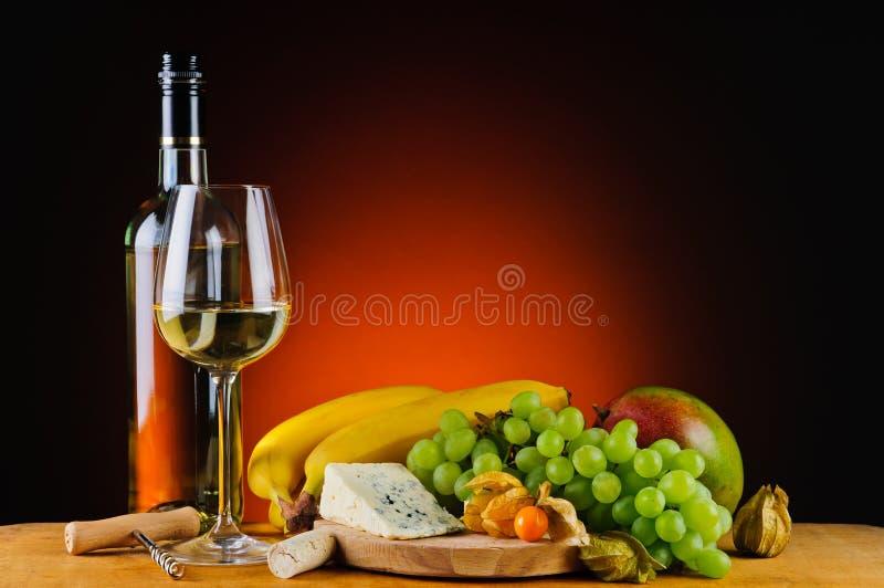Vino blanco, queso y frutas imagen de archivo libre de regalías