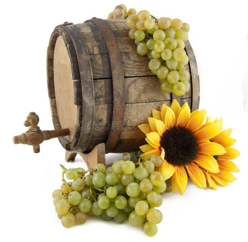 Vino blanco, uvas y barril viejo en el backgro blanco fotos de archivo