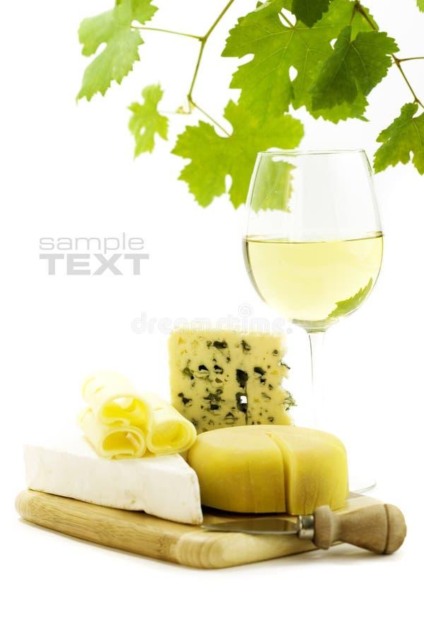 Vino blanco y queso imagen de archivo