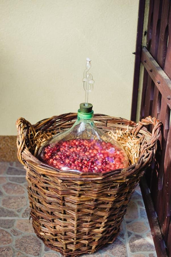Vino casalingo che fermenta in vaso immagini stock libere da diritti