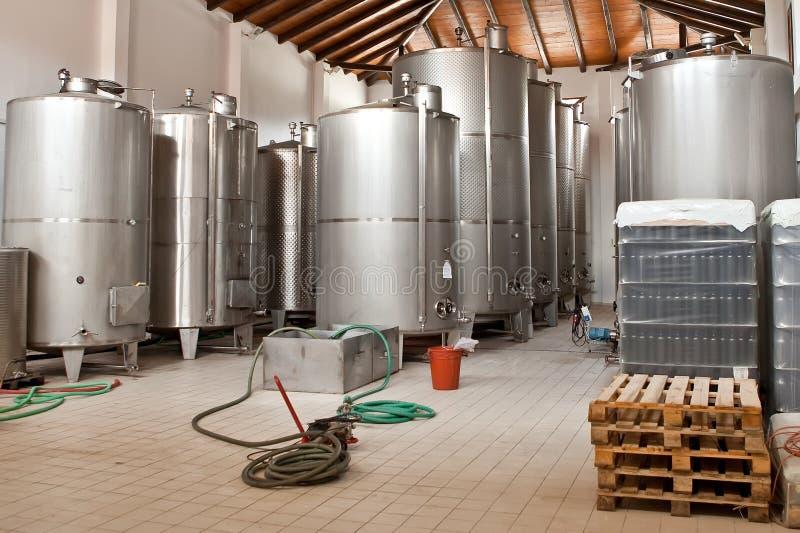 Vino che fermenta in tini enormi in una cantina per vini fotografie stock libere da diritti