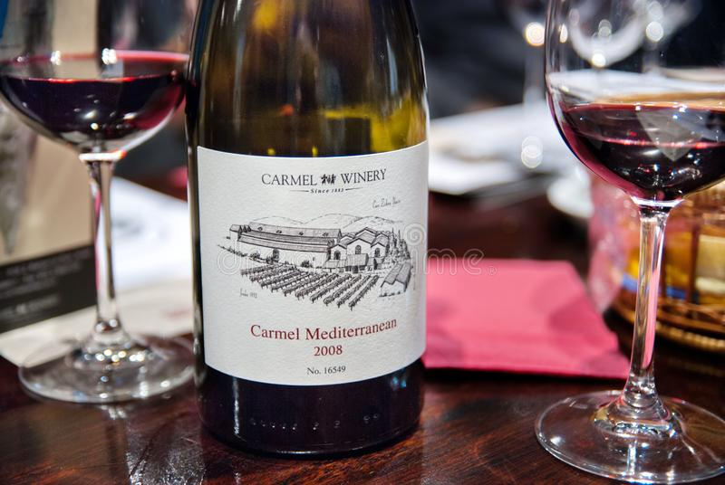 Vino 2008 de Carmel Mediterranean en la tabla en Carmel Winery Tasting Room imagen de archivo libre de regalías