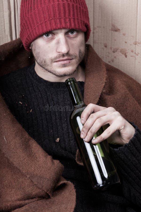 Vino de consumición del hombre sin hogar foto de archivo libre de regalías