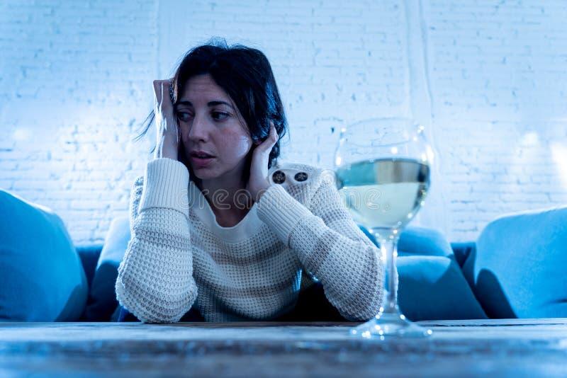 Vino de consumici?n de la mujer triste, infeliz, desamparada solamente en casa Emociones, depresi?n y alcoholismo humanos foto de archivo libre de regalías