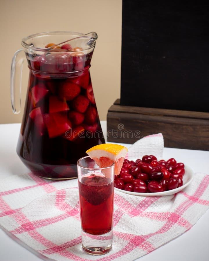 Vino de la casa de verano con las frutas en el mantel, cóctel dulce de la sangría fotos de archivo libres de regalías