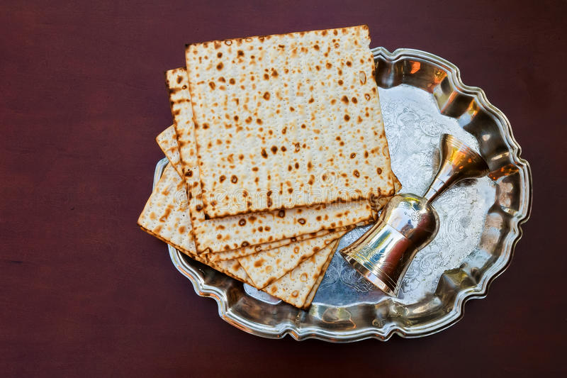 Vino de la visión superior y pan judío del passover del matzoh sobre fondo de madera fotos de archivo
