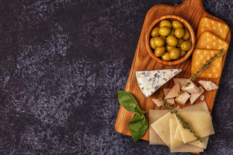 Vino de las aceitunas de la galleta del queso fotografía de archivo libre de regalías