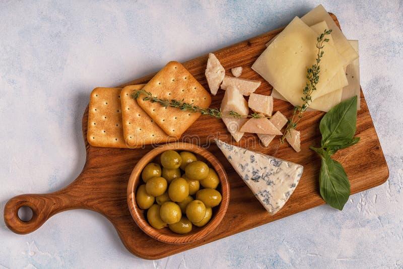 Vino de las aceitunas de la galleta del queso foto de archivo