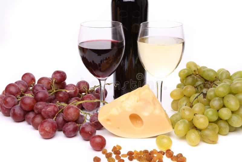 Vino de los cristales de botellas de las pasas de la uva del queso. imagen de archivo