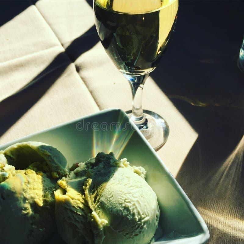 Vino de mesa con gelato imagen de archivo