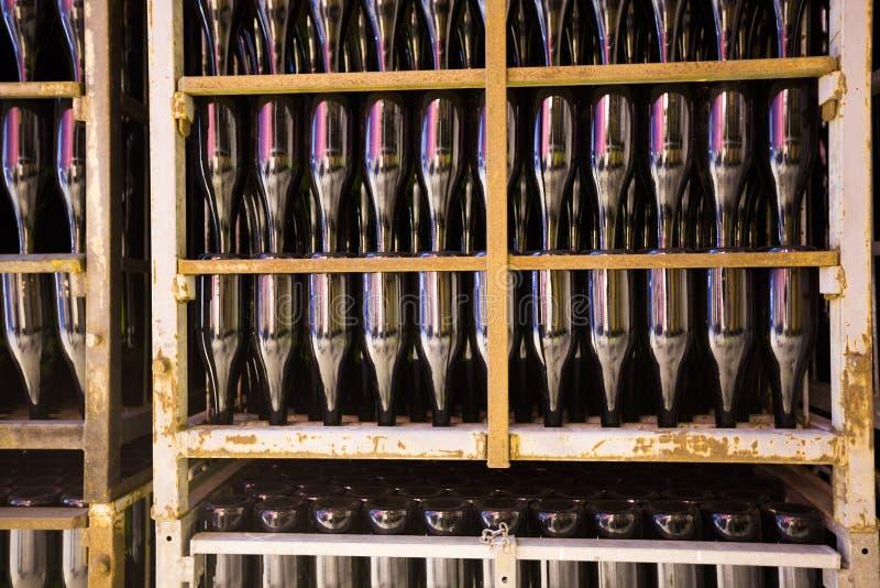 Vino di Champagne che passa con il processo di fermentazione secondario fotografie stock libere da diritti
