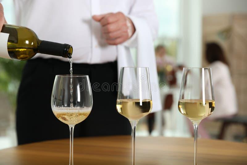 Vino di versamento del cameriere in vetro in ristorante, immagine stock libera da diritti