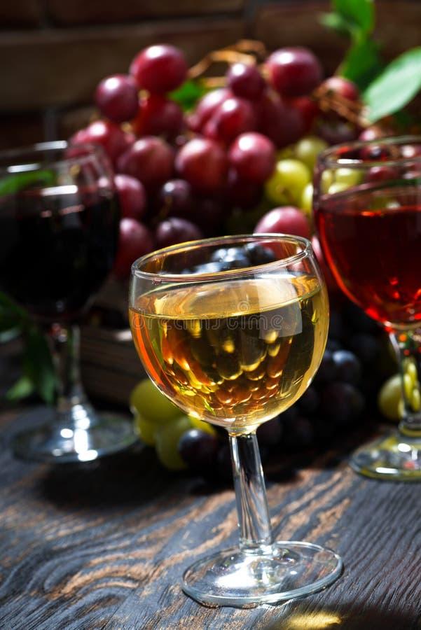 vino differente dell'assortimento sulla tavola di legno scura, verticale fotografie stock