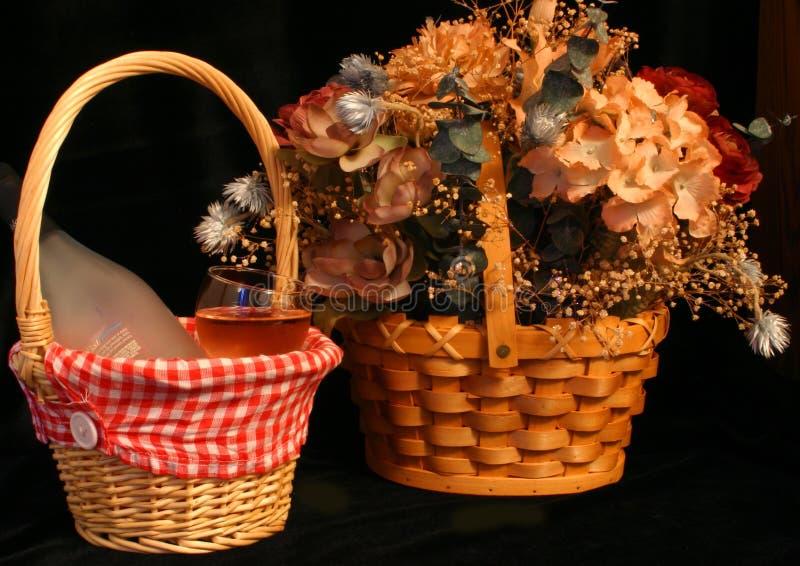 Vino e fiori fotografia stock libera da diritti