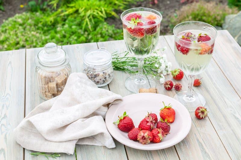 Vino e fragole di Champagne Composizione degli alimenti di estate su una tavola di legno fotografia stock libera da diritti