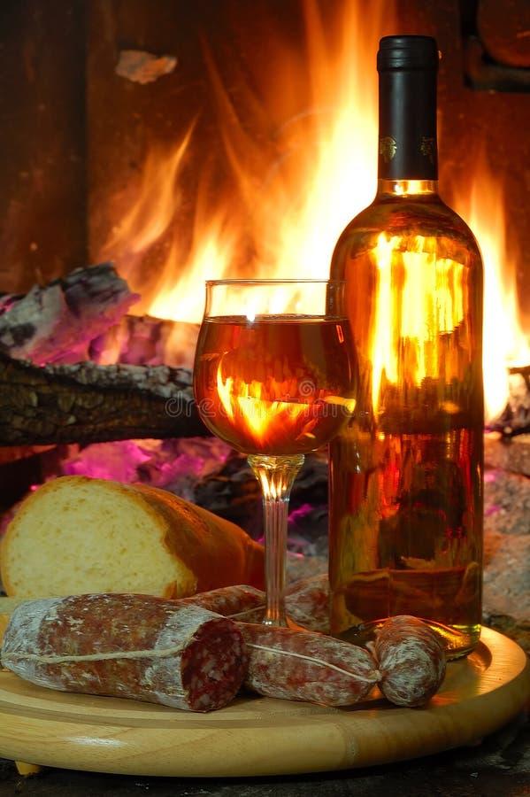 Download Vino e fuoco immagine stock. Immagine di bruciarsi, domestico - 3895025