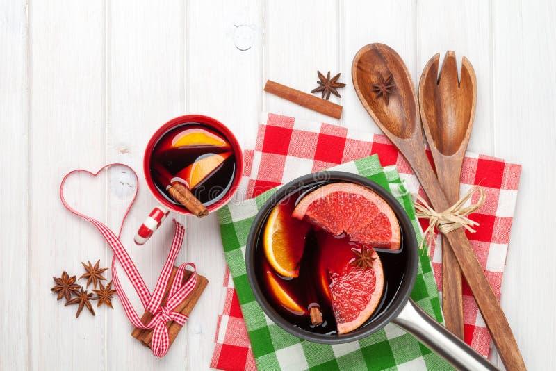 Vino e ingredientes reflexionados sobre la Navidad fotografía de archivo libre de regalías
