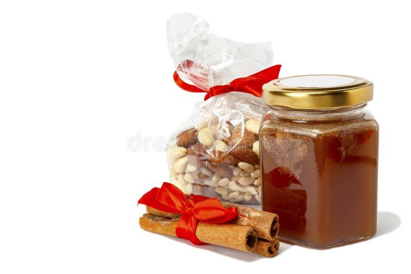 vino endulzado con un frasco de miel sobre fondo blanco foto de archivo libre de regalías