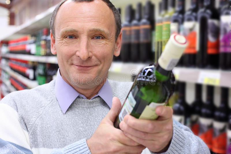 vino felice anziano dell'uomo della bottiglia fotografia stock libera da diritti