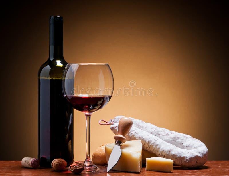 Vino, formaggio duro e salame immagine stock libera da diritti