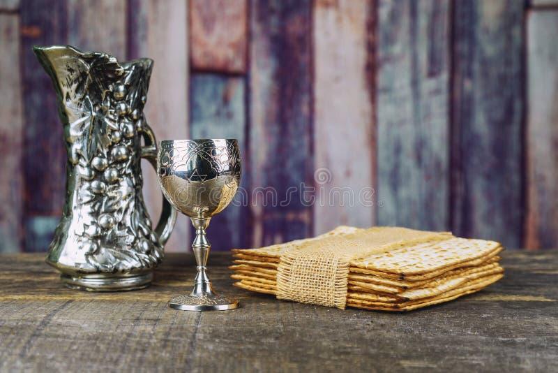 Vino kosher rojo con una placa blanca del matzah o matza y un Haggadah de la pascua judía fotos de archivo