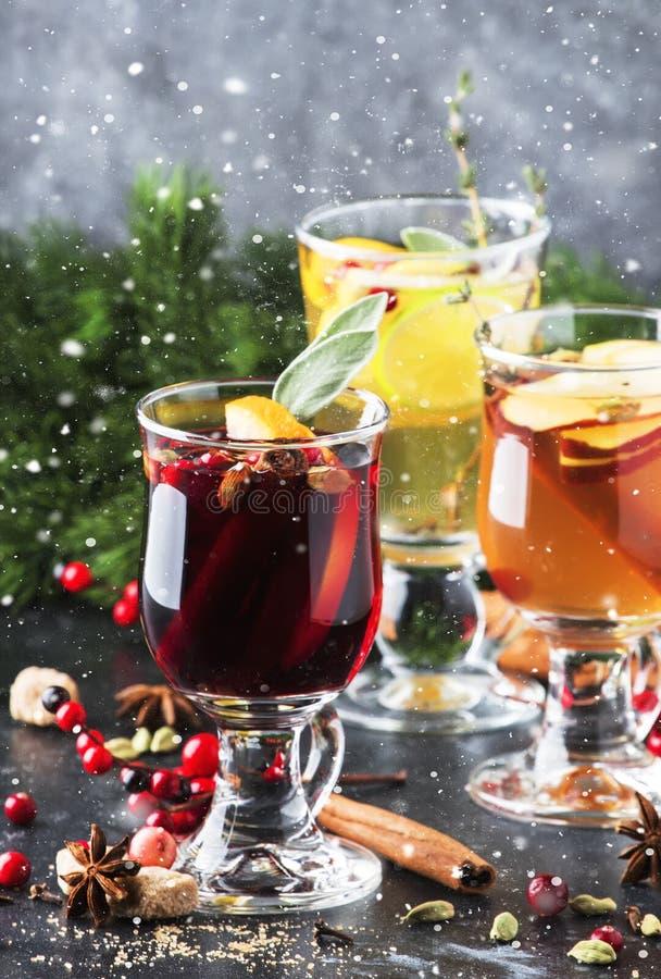 Vino a la parrilla y sidra a la parrilla. Bebidas calientes de invierno y cócteles para Navidad o víspera de Año Nuevo en tazas fotografía de archivo libre de regalías