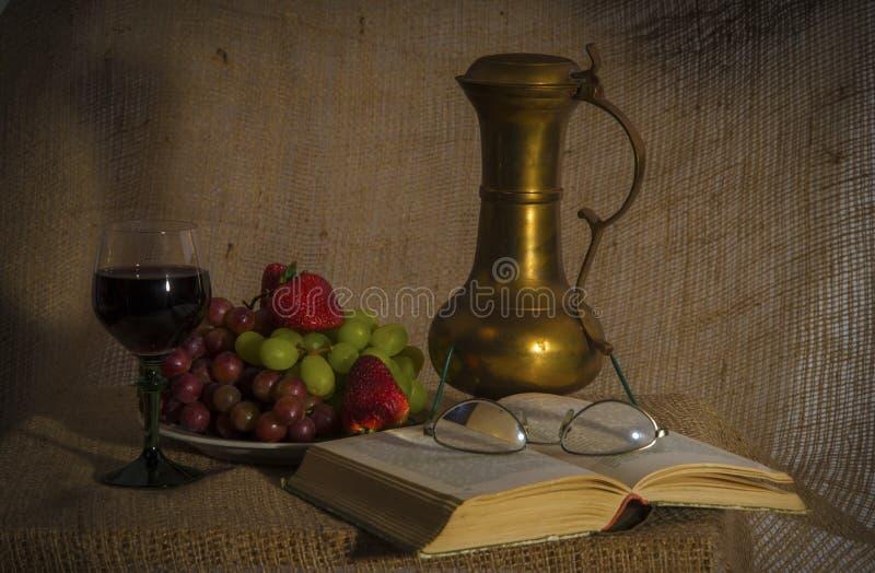 Vino - libro - frutas - todavía vida fotografía de archivo libre de regalías